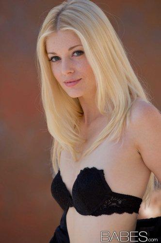 Раздетая блондинка Charlotte Stokely с чулках показала пизду крупным планом