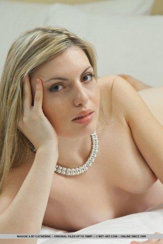 Maggie A демонстрирует влажную возбуждённую вагину на кастинге