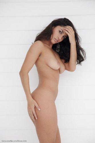 Горячая голая брюнетка Nadia B с идеальным телом показывает эротику