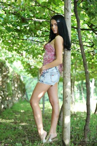 Улыбчивая брюнетка Sapphira A и её летние эротические фотографии в парке