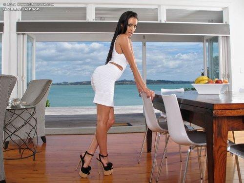 Жгучая голая порно актриса Breanne Benson кончает во время съёмок