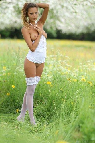 Знаменитая обнажённая модель Katya Clover в белых чулках на природе