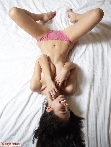 Helen H снимет розовые трусы и показывает эротику в постели утром