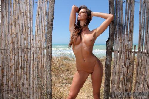 Голая Laura с загорелым красивым телом скинула купальник на пляже