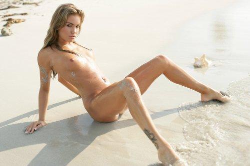 Страстная красотка Veronika Fasterova разделась на пляже и показывает эротику