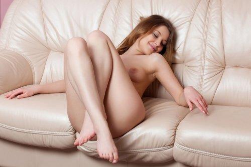 Сексуальная  Nikia A сняла розовое нижнее бельё и загорает голая на балконе