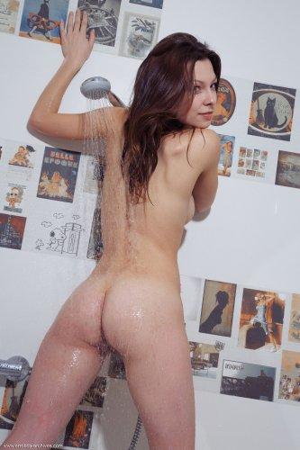 Страстная Nitsa фотографирует своё голое влажное тело в ванной комнате