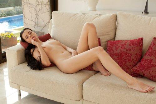 Сексопильная стройная девушка Valeria Alexa мастурбирует в одиночестве