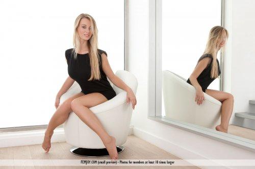 Грудастая блондинка Carisha показывает эротику возле зеркала в кресле