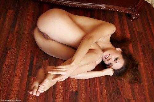 Обнажённая красавица Dana D демонстрирует прелести крупным планом на кровати