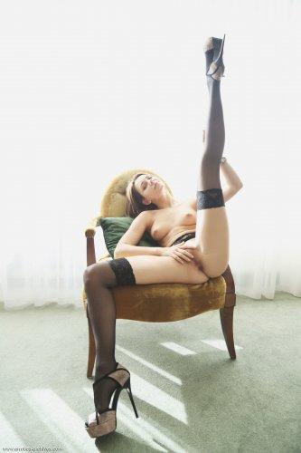Слегка пьяная любовница Oliana в откровенных колготках показывает эротику