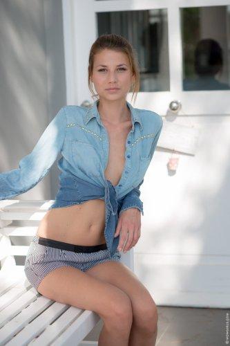 Обнажённая Claire Dain с небольшими сисями и тощей задницей позирует для Wow Girls
