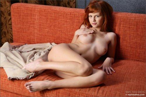Рыжеволосая девица Solana A скинула халат и показала обнажённое тело соседу