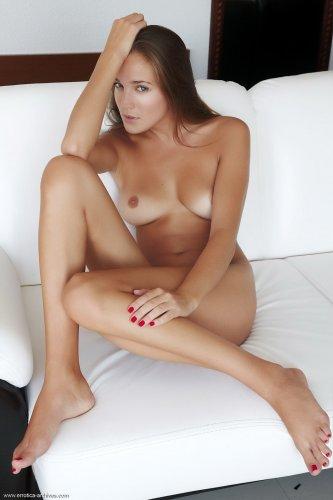 Голая деваха Sandra D показывает пизду крупным планом на белом диване