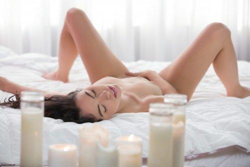 Скромная русская модель Veronica Radke с большим вибратором в постели