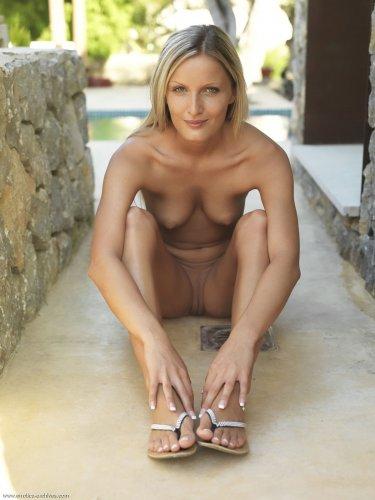 Загорелая туристка Neilla Feline без купальника раздвигает ноги на территории отеля