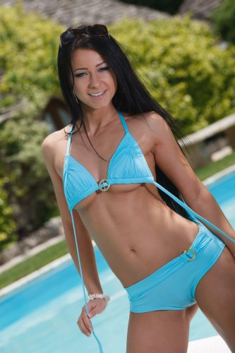 Знаменитая топ-модель Melisa Mendiny снимает купальник и показывает попку