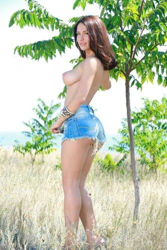 Прекрасная Mila M снимает короткие шорты и показывает красивую натуральную грудь