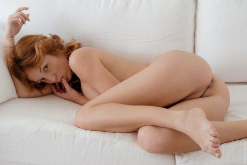 Рыжая девчёнка Red Fox сняла кружевные трусики и возбуждается на диване