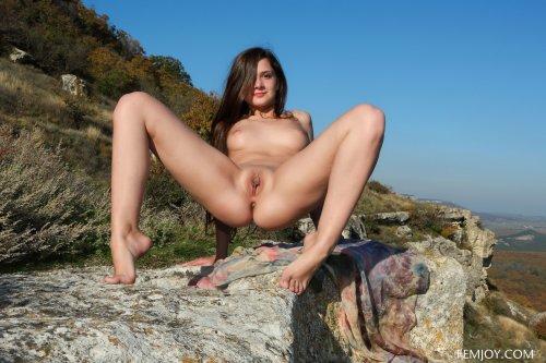 Шаловливая нимфа Eva U скинула одежду и фотографируется голая в горах