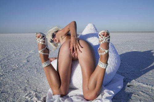 Эротические фото блондинки Nika N со стройным телом в белой пустыне