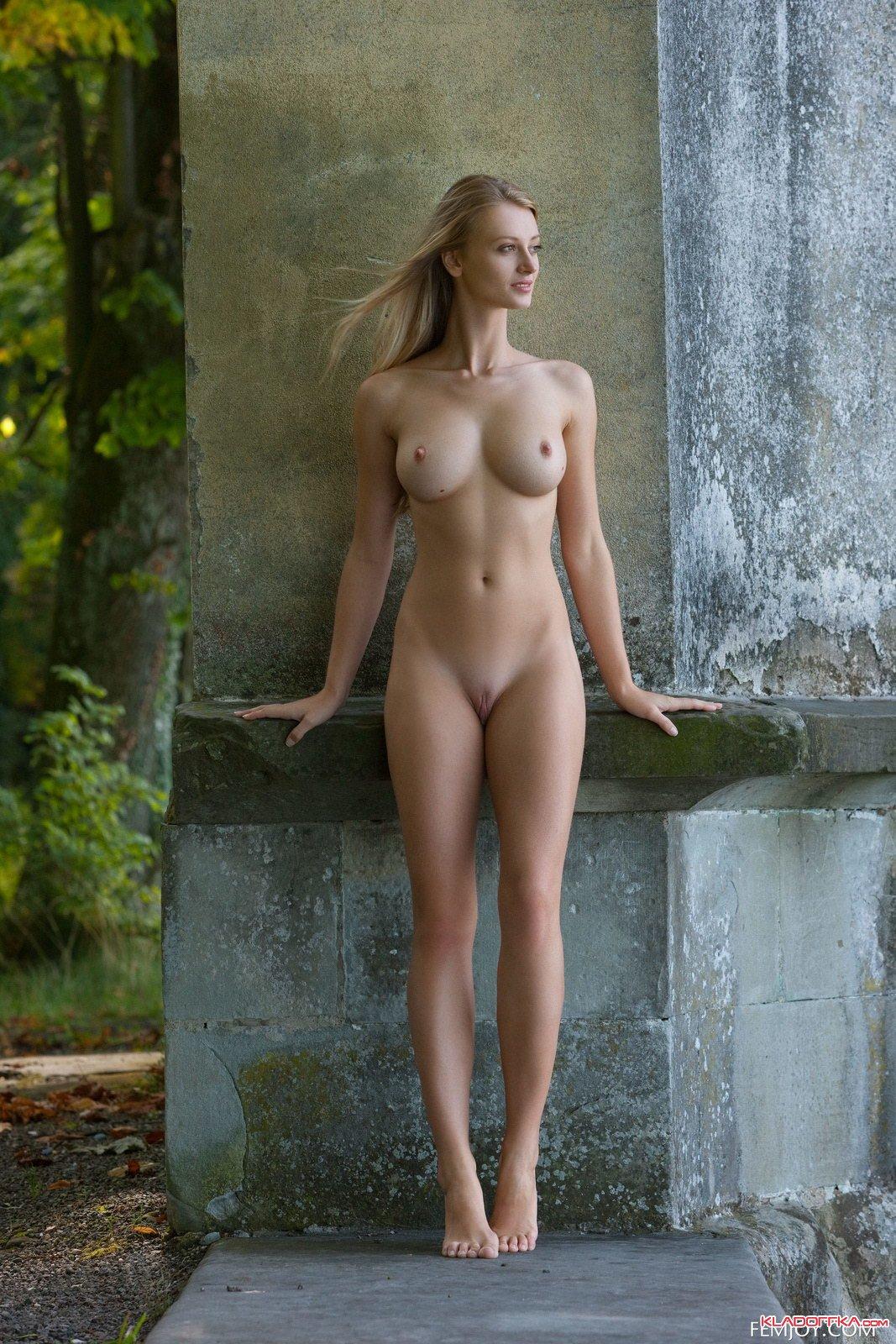 Высокая Обнаженная Женщина Фото
