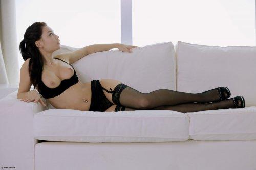 Восхитительная фотомодель Ti Sato в эротическом белье и на каблуках