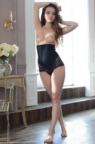 Стройная сексуальная девочка Jasmin B в эротическом белье делает фото для Femjoy