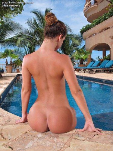 Похотливая порноактриса Jada Stevens сняла купальник и раздвинула булки в бассейне
