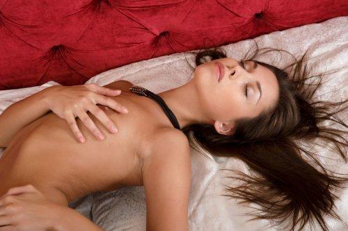 Хрупкая девушка Sabrisse Aaliyah сняла трусы и мастурбирует в пастели