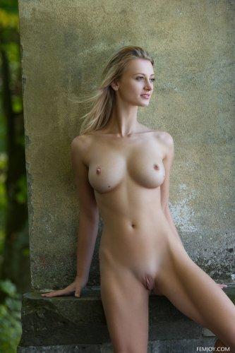 Русская эротическая модель Carisha с красивой фигурой голая у стены дома