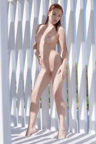Модель Ti Sato с большой пухлой вагиной снимает рваную майку и трусики