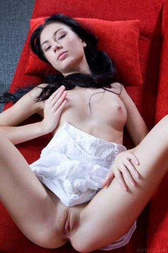 Длинноволосая брюнетка Anabelle A раздвинула ноги и демонстрирует киску