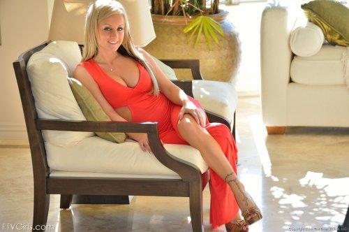 Сисястая блондиночка Melissa Mathews раздевает красное откровенное платье