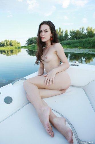 Мужик катает голую сексуальную девку Amelie B на резиновой лодке по реке