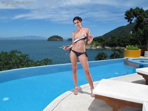 Похотливая порномодель April Blue показывает анал крупно возле бассейна