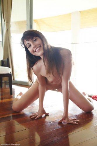 Весёлая голая брюнетка Lorena Garcia раздвигает ноги на полу у окна