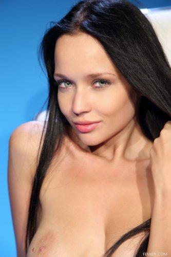 Эротический кастинг студии Femjoy брюнетки Angie C на синем фоне