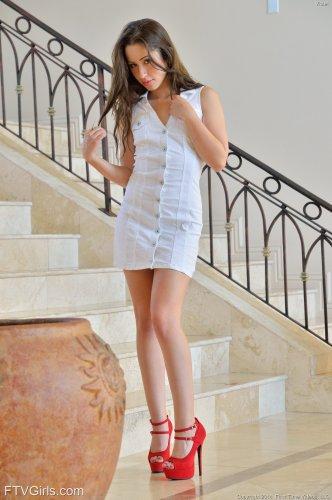 Худая эротичная фотомодель Miss Goldie без трусов на фоне лестницы