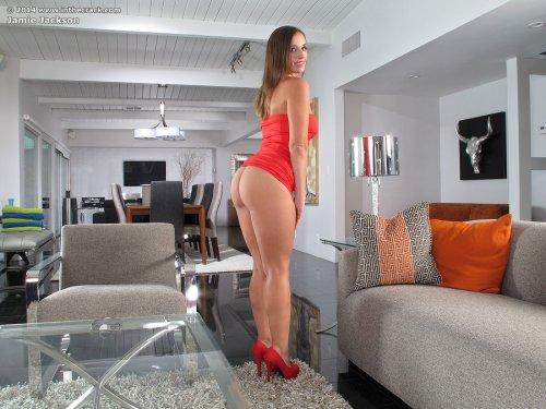 Девушка Jamie Jackson с большой задницей сняла красное платье в гостиной