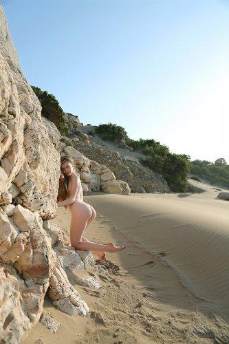 Сексопильная голая Emily Bloom с маленькими сосками на песчаном пляже