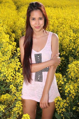 Милая Christy Charming с красивый обнажённым телом на свежем воздухе