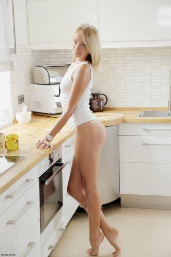 Эротические фото сексуальной девушки Eve Luv без одежды на кухне
