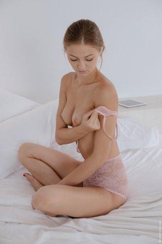 Привлекательная Maria Pie в сексуальном прозрачном розовом белье на кровати