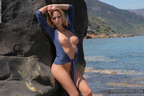 Симпатичная  загорелая красотка Melody Powers обнажилась на каменистом пляже