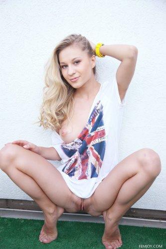 Голенькая красотка Darina Litvinova трогает себя на эротических фото