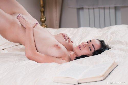 Голая учительница по литературе Emilia мастурбирует соло в кроватке