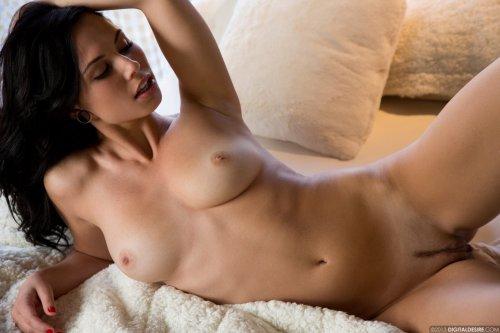 Жгучая брюнетка Aidra Fox снимает сексуальное нижнее бельё в спальне