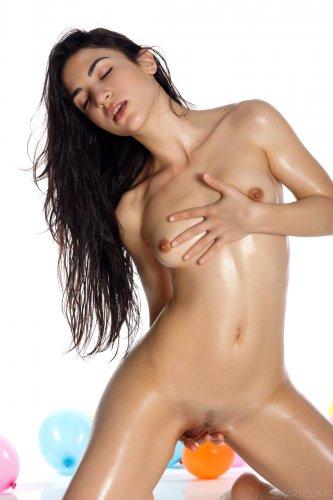 Развратная стройная Luna намазала голое тело маслом на эротических фото