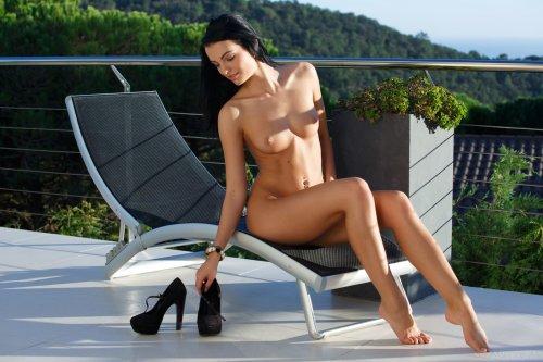 Эротические фото пошлой блудницы Sapphira летом на террасе без одежды